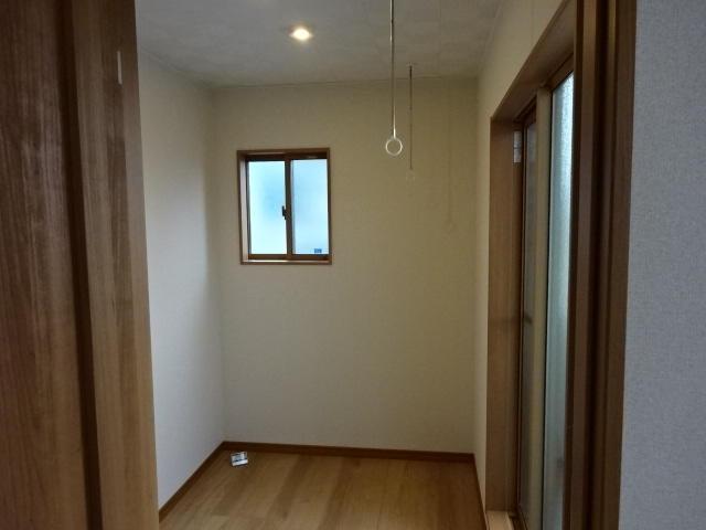 ベランダに面したフリースペースは室内干しにも最適。