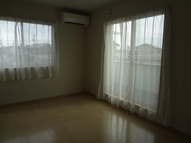 2階寝室からは広々バルコニー、晴れた日にはお布団も干せます。