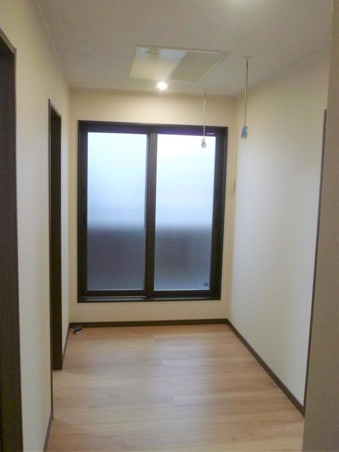 ベランダに繋がるフリースペース、室内干しにも。
