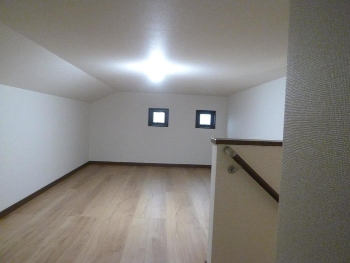 固定階段付き、広々屋根裏収納