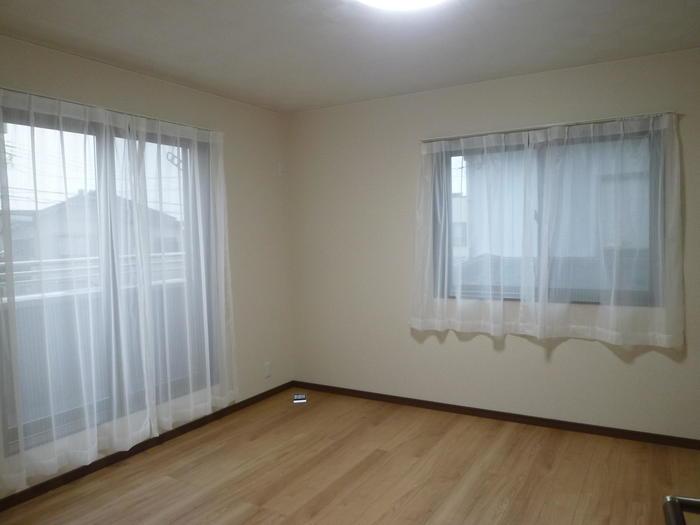 ベランダに繋がる主寝室、お布団もすぐに干せます。